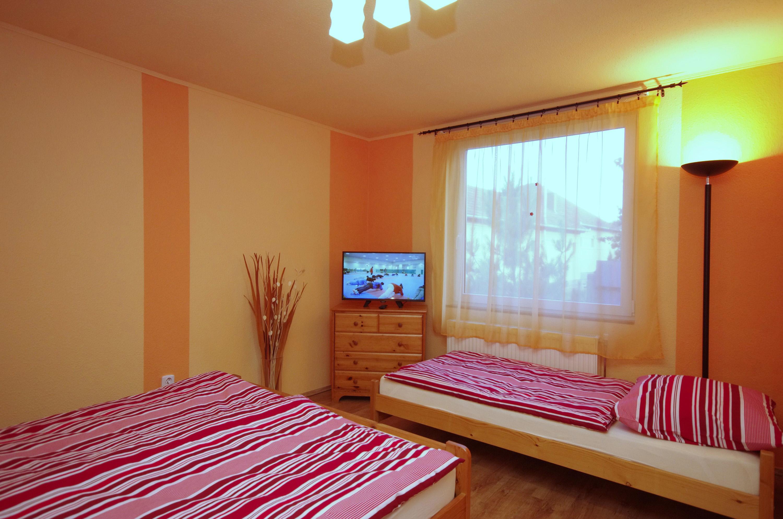 Nyári szoba a hozzá tartozó LED TV-vel a gyulai Bodza apartmanban