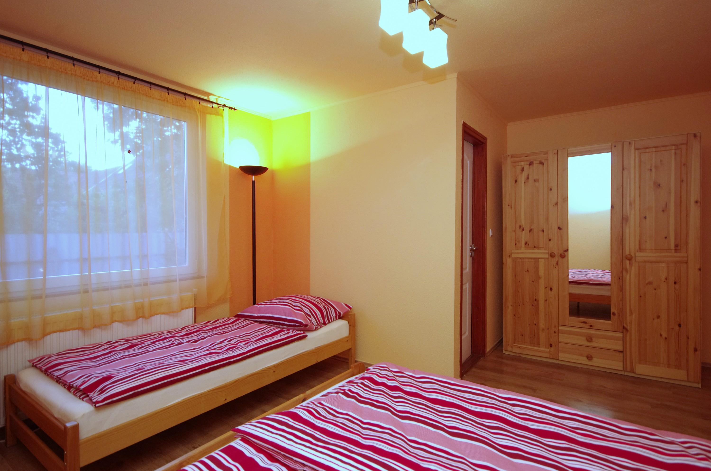 Őszi szoba a hozzá tartozó szekrénnyel a gyulai Bodza apartmanban