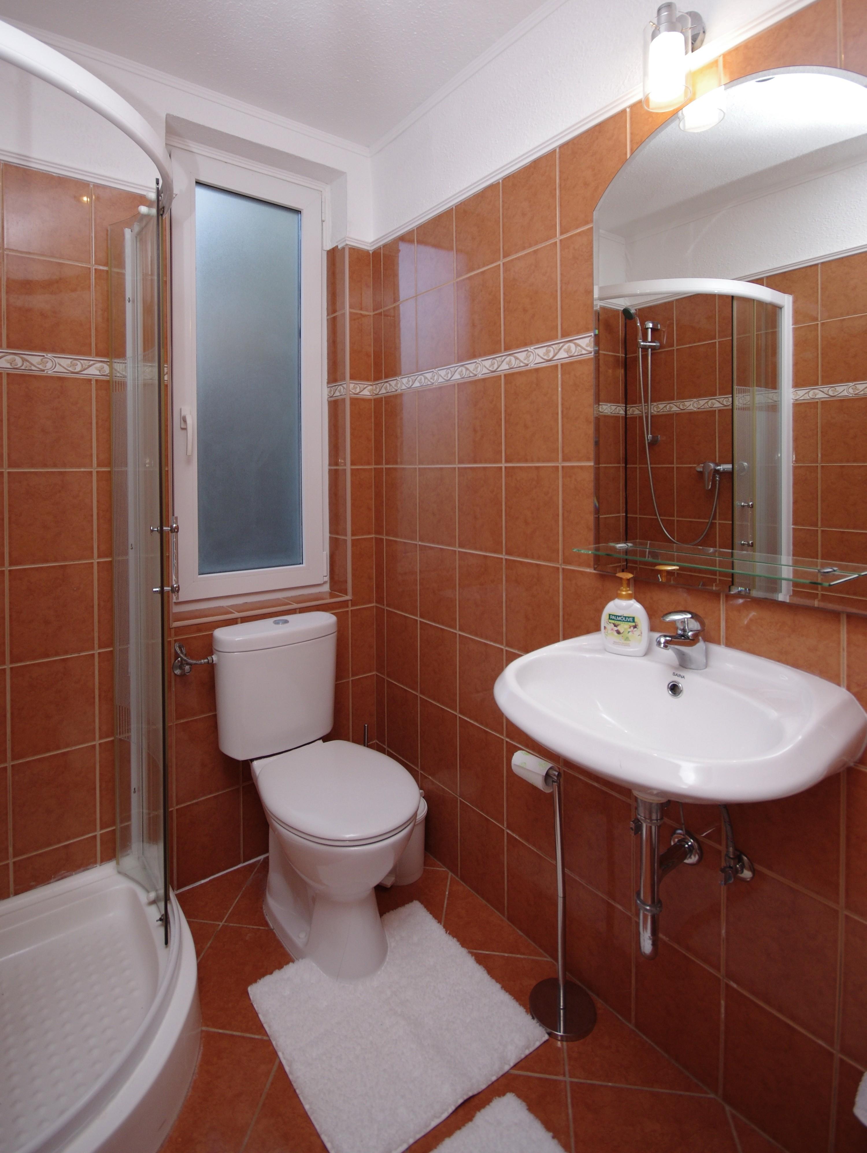 Őszi szobához tartozó fürdőszoba (Mosdó, zuhanykabin,WC) a gyulai Bodza apartmanban