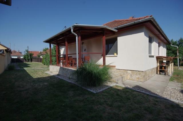 Fedett terasz, udvar és a szép pampafű a gyulai Bodza apartmanban