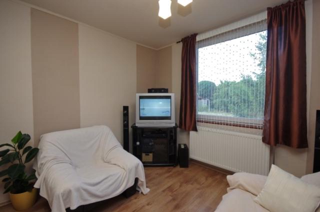 TV-sarok a nappali szobában a gyulai Bodza apartmanban