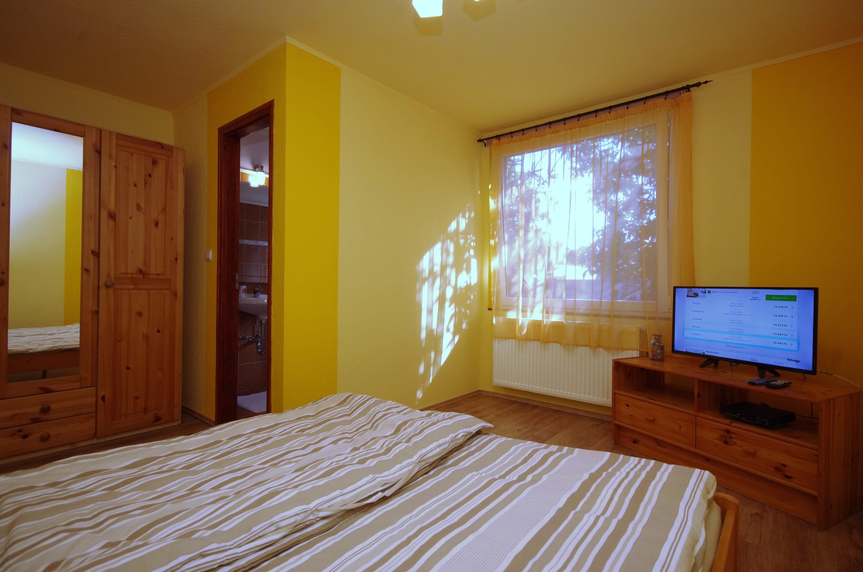 Nyári szoba a hozzá tartozó fürdővel, szekrénnyel és LED TV-vel a gyulai Bodza apartmanban