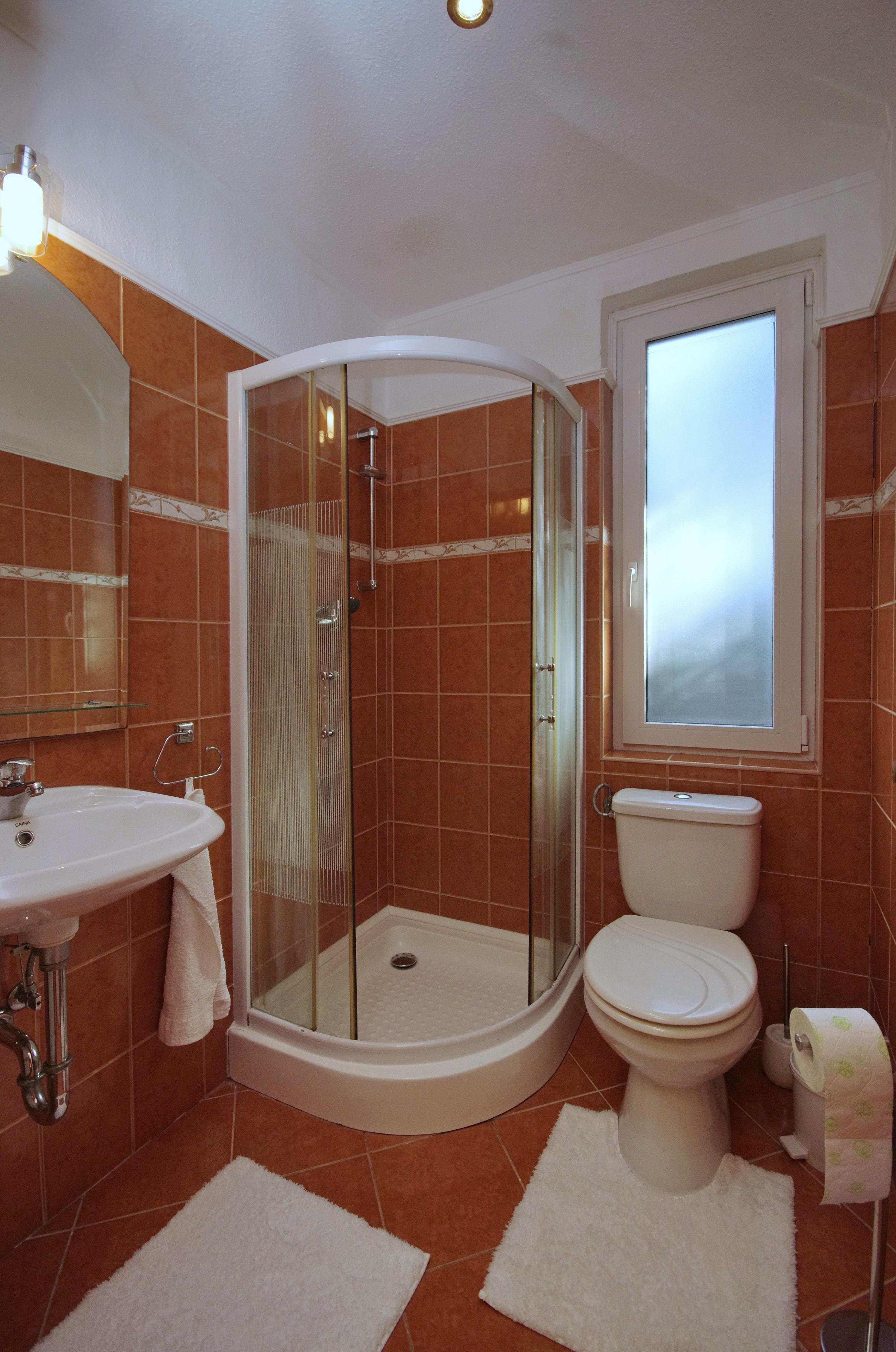 Nyári szobához tartozó fürdőszoba (Mosdó, zuhanykabin,WC) a gyulai Bodza apartmanban