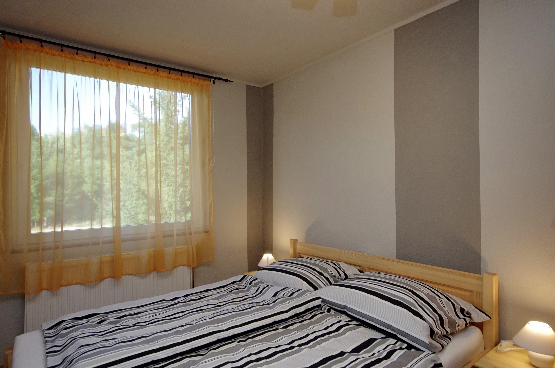 Téli szoba kétszemélyes ággyal a gyulai Bodza apartmanban