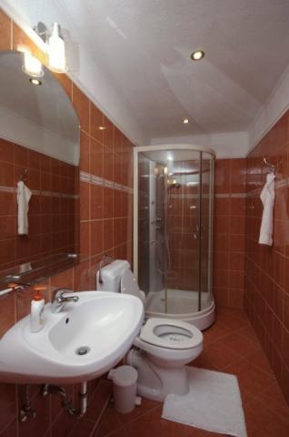 Téli szobához tartozó fürdőszoba (Mosdó, zuhanykabin,WC) a gyulai Bodza apartmanban